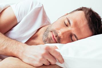 Mann schlaeft und schnarcht nicht